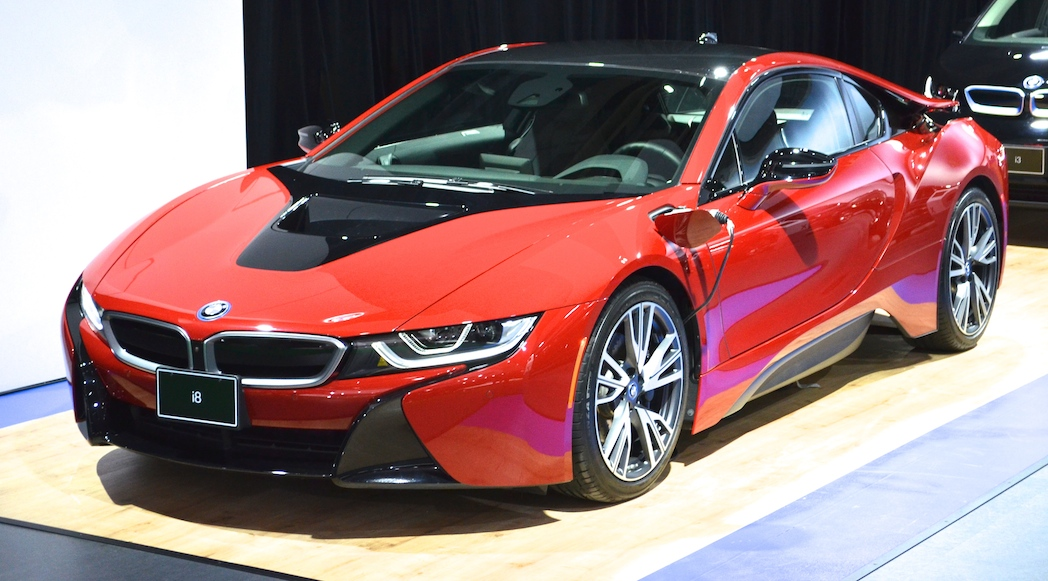 la bmw i8 protonic red 2017 s impose au salon de montr al luxury car magazine. Black Bedroom Furniture Sets. Home Design Ideas