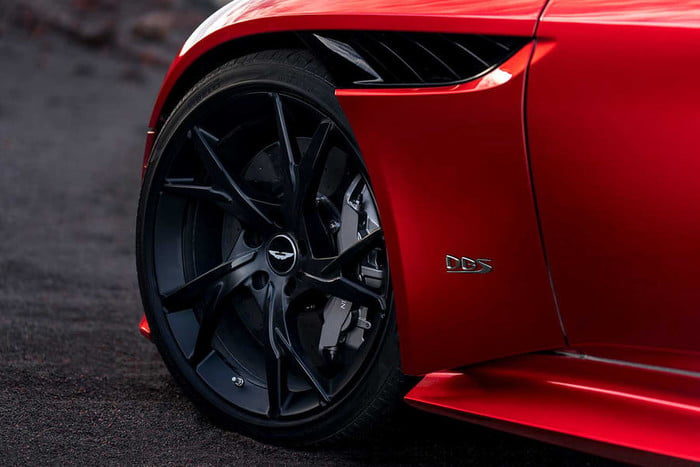 aston-martin-dbs-superleggera-leak-8-700x467-c